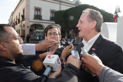 Edmundo Ortiz and Chancellor Hudson address Mexican media